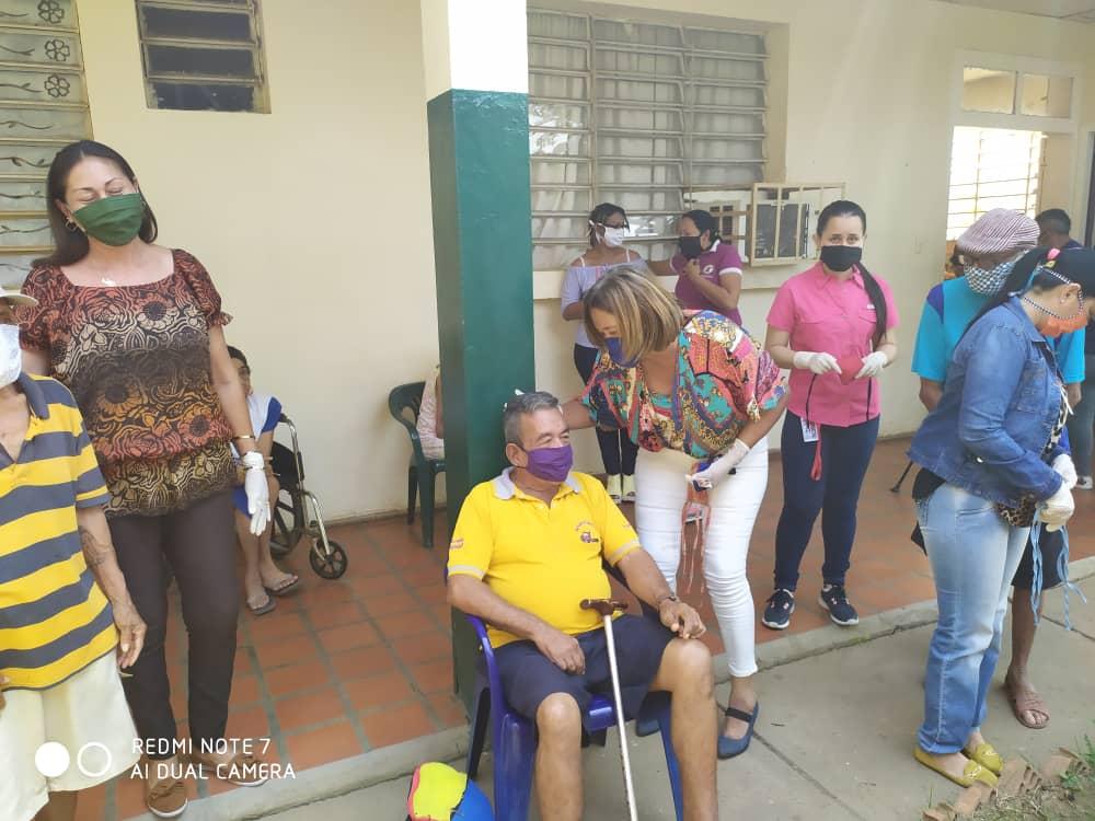 Estudiantes de Derecho donan tapabocas a los adultos mayores de Fundaciam