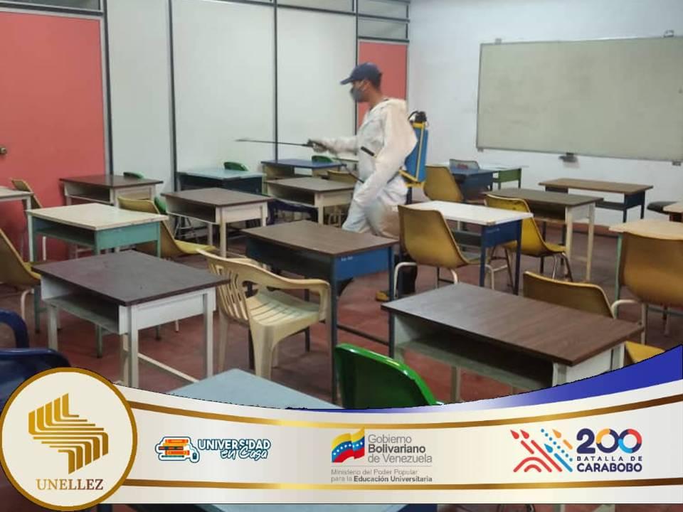 Bomberos Universitarios del VIPIdesinfectan aulas y laboratorios